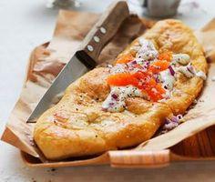 Nu behöver du inte gå på festivaler för att få underbara, friterade langos! Med detta recept kan du själv göra langosbröd hemma i köket som du sedan toppar med salt stenbitsrom, smaksatt gräddfil och krispig rödlök. Supergott och mättande!