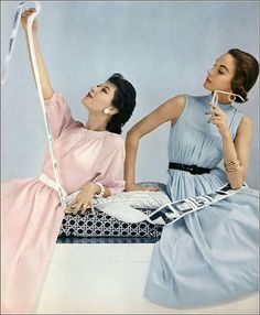 Barbara Mullen in pink cotton dress by H & D, Cherry Nelms in sleeveless blue cotton dress by Anne Fogarty, photo by Frances McLaughlin, Vogue, June 1963 Moda Retro, Moda Vintage, Vintage Glam, Vintage Beauty, Vintage Style, Vintage Outfits, Vintage Dresses, Vintage Vogue, Fifties Fashion