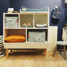 Wir mussten einfach nochmal zu @donebydeer und Euch die neue Wickelkommode zeigen! Haben wir schon erwähnt das die Möbel in Dänemark produziert werden und trotzdem absolut bezahlbar bleiben?!  #kindundjugend #kleinefabriek #kleinefabriekberlin #donebydeer #kidsroom Erhältlich bei www.kleinefabriek.com.