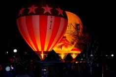 Beim traditionellen Jahresabschluss in Oberstaufen steigen glühende Heißluftballons in Oberstaufen in die Luft