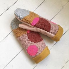 punch needle gloves - Rug Making Red Mittens, Knit Mittens, Punch Needle Patterns, Knitting Blogs, Knitting Ideas, Fabric Rug, Rug Hooking, Diy Clothes, Creations
