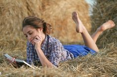 Graduation Picture Ideas Discover Country girl reading book lying at haystack Reading senior picture ideas for girls. Senior pictures of girls reading. Girl Senior Pictures, Senior Girls, Senior Photos, Senior Portraits, Girl Reading Book, Woman Reading, Photography Poses Women, Senior Photography, Country Girl Photography
