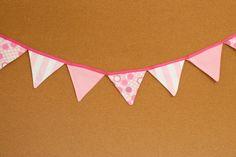 Presentes e Mimos - Bandeirinhas de tecido - Rosa II -  {Pronta-entrega} - faixa com aproximadamente 1,40 m - 10 bandeirinhas de tecido com fino acabamento - cada bandeirinha mede aproximadamente 12 cm x 12 cm - www.tuty.com.br #tuty #presentes #mimos #bandeirinhas #tecido