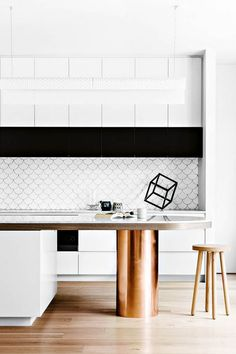 Today we will show you the 5 kitchen trends 2018 that will be IN because the new year also means new kitchen design. Office Interior Design, Home Interior, Interior Design Inspiration, Kitchen Interior, Design Room, Küchen Design, Design Trends, Kitchen And Bath, New Kitchen
