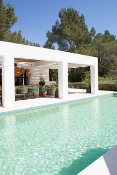 Our favorite in-ground pool designs will transform your backyard into an outdoor oasis. These pool designs also feature unique ideas for waterfalls, lighting, foliage, and more. Villa Design, House Design, Design Design, Design Ideas, Modern Design, Design Color, Amazing Swimming Pools, Swimming Pool Designs, Awesome Pools