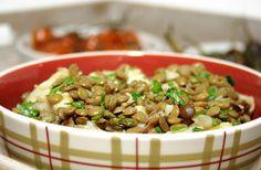 Salada de bacalhau com lentilhas, tomate cereja e pimentos padrón