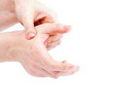 Ne laissez pas vos mains sans mouvements même si vous souffrez d'arthrose ! Voici les exercices qui permettent de conserver assez de souplesse dans les doigts pour tenir des objets et effectuer des gestes précis.