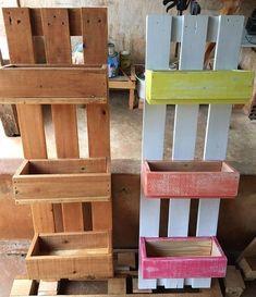 PROMOÇÃO floreira | hortinha vertical. • peça única! • apenas na cor natural madeira. • de 200,00 por 150,00 reais. para orçamentos e reservas: 62 99166 3930 Tay. 62 99286 6230 Diogo. { imagem autoral } ❤♻ . . #feitodepallet #madeira #pallet #artesanato #pinus #sustentabilidade #produtosartesanais #feitocomamor #madeiradedemolição #wood #wooden #decor #palletwoodprojects #recycledwood #pallets #diy #palletfurniture #palletdecor #palletwood #handmade #reclaimedwood #palletart #...