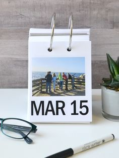 Use the We R Memory Keepers Cinch binding tool to make a daily family photo calendar. Free Printable Weekly Calendar, Daily Calendar, Photo Calendar, Perpetual Calendar, Diy Photo, Creative Crafts, Holiday Crafts, Paper Crafts, Diy Projects
