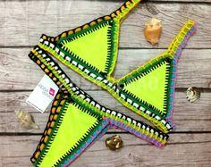 Biquíni de lycra com crochê amarelo e detalhes em elástico colorido. Oferece elasticidade e conforto. Observação: As cores e ordem dos elásticos poderão sofrer pequenas variações #biquini #bikini #kiini #croche #rosa #angel #verao2016