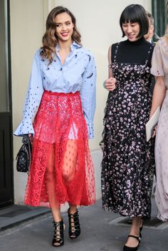 Jessica Alba: 18 perfect off-duty looks 29 Times Jessica Alba Showed Us How to Dress This SpringHead-to-toe pink in a cozy sweater and a chic printed maxi skirt.Jessica Alba puts on her tight leather pants Jessica Alba Outfit, Jessica Alba Casual, Jessica Alba Style, Silk Floral Dress, Sheer Dress, Look Street Style, Nyc, Printed Maxi Skirts, Fashion Models