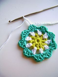 silly old suitcase: DIY: crochet a mini flower garland in bright colours. (Free pattern.)