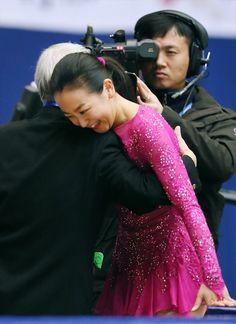 女子SPの演技を終え、佐藤信夫コーチ(左)に祝福される浅田真央=時事 (2015年11月6日)