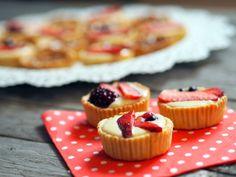 TARTALETKY SE ŽLOUTKOVÝM KRÉMEM NEBO SLANÝM KARAMELEM Cafe Concept, Cheesecake, Cooking, Smooth, Food, Store, Kitchen, Cheesecakes, Essen