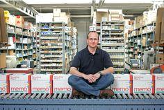 2007: Wer ist der fröhliche Herr im Lager der #memo_AG und welchen Preis hat er bekommen? | Who is the happy guy in the memo storage facilities and which #prize did he get? --> http://on.fb.me/1WpfeKn