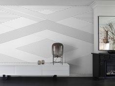 """Tapete """"Geometric Lines"""" II – Seine ganz eigene Linie gestaltet man mit diesem tollen Digitaldruckmotiv, das in eindrucksvoller Größe von 372 x 280 cm schwarz-weiße, geometrische Optiken an die Wand zaubert. Nicht nur für moderne Ästhetiker geeignet, die einem Designermöbel eine Bühne verleihen wollen."""