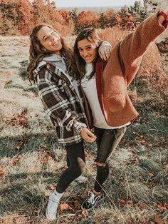 This Vsco girl outfit consists of a sweatshirt, sherpa, jeans and white vans. Interested in anything vsco? Click the link! Great for a cold summer night or winter time! Cute Fall Pictures, Cute Poses For Pictures, Cute Friend Pictures, Picture Poses, Photo Poses, Photo Shoot, Picture Ideas, Bff Pics, Photos Bff