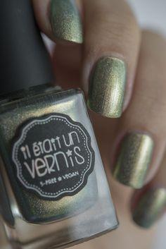 Hocus Pocus is a gorgeous gold to green duochrome polish, with sparkly holographic particles.  Photos: Il était un Vernis