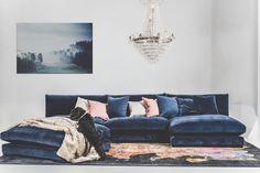 Blå Mammuten sammetssoffa. Modul, soffa, låg, djup, divan, hörn, vintage, sammet, matta, kristallkrona, möbler, fotpall, inredning, fuskpälspläd.