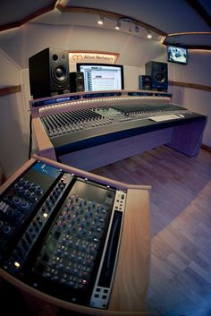 AllStudios - Alive HQ Recording Studios http://www.allstudios.co.uk/studios/project-studio/alive-hq-recording-studios