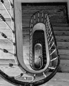 """""""Sim sei bem Que nunca serei alguém. Sei de sobra Que nunca terei uma obra. Sei enfim Que nunca saberei de mim. Sim mas agora Enquanto dura esta hora Este luar estes ramos Esta paz em que estamos Deixem-me crer O que nunca poderei ser."""" Ricardo Reis in Sei bem que nunca serei ninguém / I know very well I'll never be somebody  #abandoned #old #spiral #stairs #art #portugal #photography #photographer #fotografo #fotografia #b&w #blackandwhite #escadas #espiral #abandonado"""