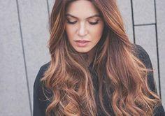 Feito com o método de balayage, o look é muito natural e aquece o visual como um todoDepois do cabelo ombré e até da tendência dos fios metálicos, uma nova versão dos cabelos coloridos está dominando as redes sociais: o cabelo tiger eye.Como diz o nome em inglês, a trend é...