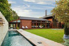Hier Ist Eine Moderne Und Elegante Residenz In Lakefront, Texas. Es Geht  Nicht Nur Um Saubere Linien Aus Beton Und Stein Bei Dem Zeitgenössischem  Design.