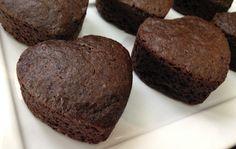 Um bolo nutritivo e bem saboroso: bolo de alfarroba, abobrinha e farinha de coco... não torce o nariz não, pq se eu servisse esse bolo, vc juraria que é um bolo de chocolate com coco kkkk