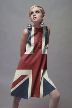 Twiggy in union Jack dress 60 Fashion, Sixties Fashion, Fashion History, Retro Fashion, Fashion Models, Vintage Fashion, Fashion Tips, 1960s Mod Fashion, Club Fashion