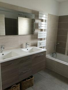 Sdb zen, mur couleur lin et taupe, double vasque bois, baignoire et douche italienne, sèche serviettes étroit de la Marque Atlantic