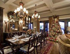 salle à manger classique avec décorations de Noël opulentes à l'américaine