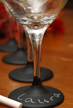 Ever reach for the wrong wine glass? Solution! Try this at your next dinner party - chalkboard paint wine glasses #WineGlass #DinnerParty