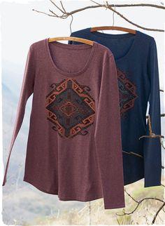 Ein stilisiertes alt-anatolisches Symbol ist im Siebdruckverfahren auf unser samtweiches Pimajersey-Shirt mit Rundhalsausschnitt gedruckt.