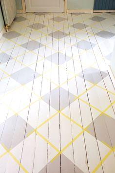 Rutigt golv är på allas läppar – och i många retrokök, badrum och hallar. Så här enkelt fixar du rutgolv utan ojämna linjer, konstiga hörn eller färgklet.