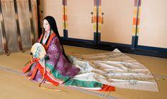 十二単  The junihitoe (twelve-layered ceremonial kimono)