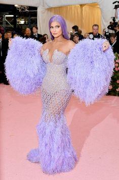 Kylie Jenner in Atelier Versace wearing Lorraine Schwartz jewelry Kylie Jenner Vestidos, Kylie Jenner Met Gala, Kylie Jenner Dress, Kourtney Kardashian, Estilo Kardashian, Gala Dresses, Red Carpet Dresses, Nice Dresses, Kylie Jenner Outfits