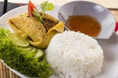 A Kai Jat Thait rizzsel és édes chili szósszal tálaljuk, a tojásrántotta batyut pedig darált húsból és zöldségekből készült szósszal töltjük meg.
