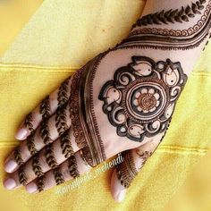 Beautiful henna design by Love the way the leaves and lines bend around the mandala! Mehndi Designs 2018, Stylish Mehndi Designs, Mehndi Design Pictures, Dulhan Mehndi Designs, Wedding Mehndi Designs, Beautiful Henna Designs, Henna Mehndi, Hand Henna, Mehndi Images