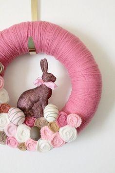 décoration de Pâques avec une couronne de porte en couleur rose