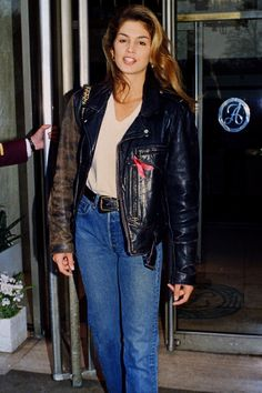 cindy crawford Working her version of Top Gun chic in her leather bomber jacket, white T-shirt and jeans at the age of Fashion Models, 80s Fashion, Fashion Outfits, Fashion Trends, High Fashion, Outfits Casual, Mode Outfits, Airport Outfits, Cindy Crawford