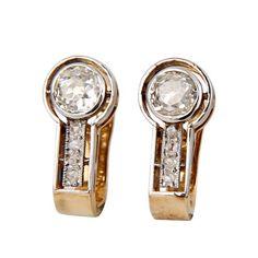 Pendientes botón acriollado, en oro amarillo y blanco, con diamantes talla brillante antigua, color L, pureza SI, ca. 1,6 cts de peso (pareja central).