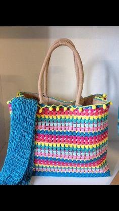 AH tas omhaken tot vrolijke shopper! Crochet Handbags, Crochet Purses, Crochet Bags, Crotchet Patterns, Sewing Patterns, Diy Crochet, Crochet Crafts, Fabric Yarn, Crochet Squares