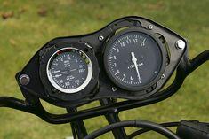 RSC製(日本精機製)の機械式レブカウンターだけではなく、英国スミス社製の油温計と油圧系をマルチ表示するアナログメーターを装備していた。
