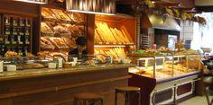 Este es el interior la panadería. Hay mucho pan.