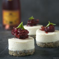 Goat cheese cheesecake snack with red onion jam - Lunch Snacks, Snacks Für Party, Alice Delice, Tapas Party, What To Cook, Appetizer Recipes, Appetizers, Love Food, Food Inspiration