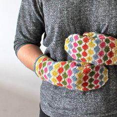 Ravelry: Pearl Chain Mittens pattern by Hanna Leväniemi free Crochet Mittens, Mittens Pattern, Crochet Gloves, Knit Or Crochet, Knitting Socks, Knitted Hats, Free Knitting, Wrist Warmers, Hand Warmers