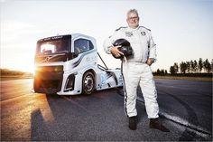Zwei Weltrekorde stellt der irre Volvo-LKW kürzlich auf. Am Steuer: Die schwedische Renn-Koryphäe Boije Ovebrink
