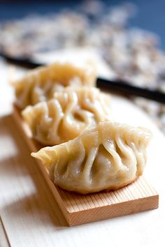 Gyoza or Japanese pan-fried dumplings are SO delicious. EASY gyoza recipe made with store-bought ingredients, cheap & a zillion times better than takeout | rasamalaysia.com