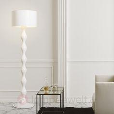 Elegantes Weiß und ein geschmeidig geformter Standfuß kennzeichnen diese noble Designerleuchte. Für Hotellobbys, Restaurants oder auch Vorzeigeräumlichkeiten und Säle. #noble #lamp #elegant #Hitel #Restaurant