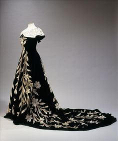 THE 'LILY' EVENING GOWN, WORTH  WORN BY COMTESSE GREFFULHE. Circa 1696